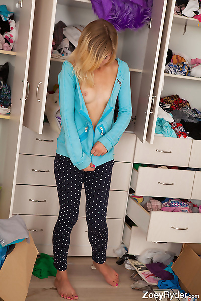 Hot teen Zoey Ryder showing..