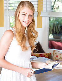 Amateur beauty Hannah Hays strips down naked while studying